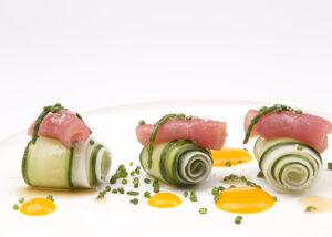 Salade van rettich, komkommer en zeekraal met tonijn en mango-passievruchtdressing